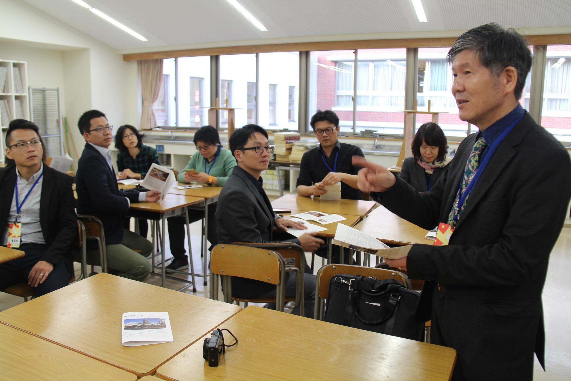 臺北市立大學視覺藝術學系高震峰教授說明「同志社小學校」參訪重點