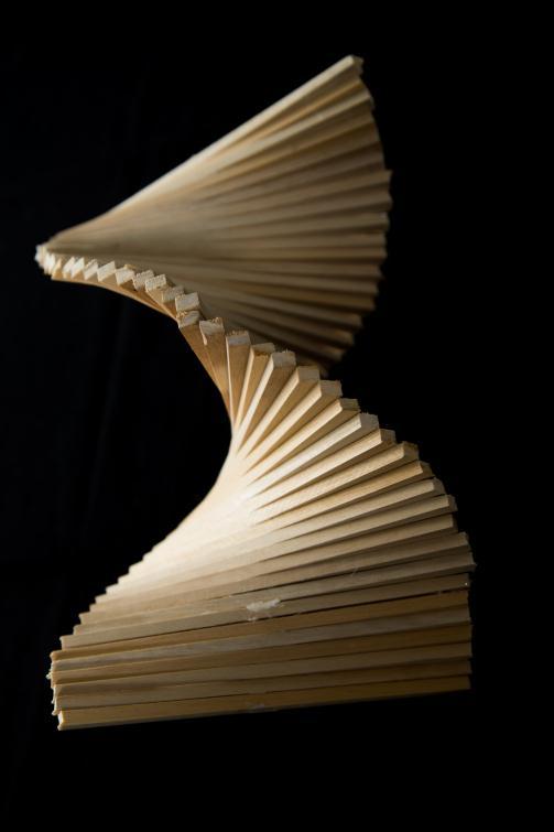 ▲ 動手玩創作:學生用木條創作立體曲線物。美術老師從旁引導,木條可以如何組合成具有和諧、均衡特質的作品。透過動手做,讓學生體驗二次函數曲線的美感所在。 2