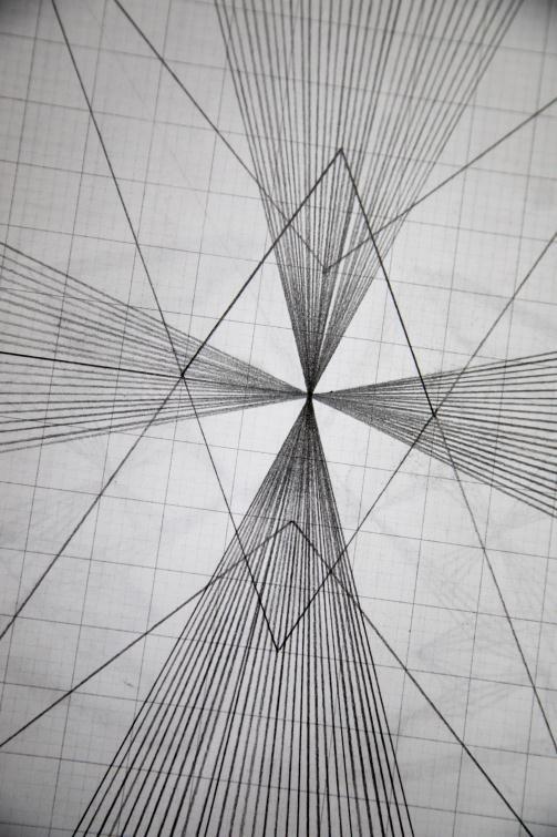 ▲ 欣賞線條美:學生畫圖體驗單純的直線若反覆排列會變成特別圖案,呈現複雜美感。數學老師再用學生學過的概念解釋圖形,讓學生知道自己畫的圖在數學世界有理可循。 1