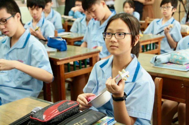 五常國中學生拿著自製木琴有成就感 中央社