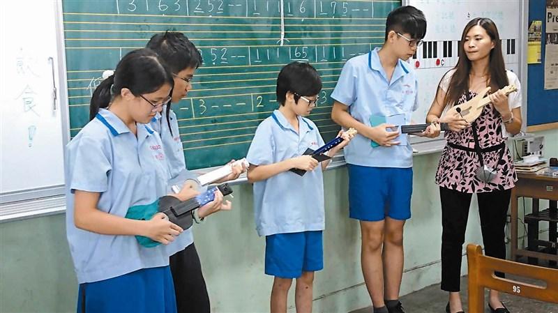 五常國中開發融合生活科技、理化、音樂的「製琴.傳琴」課程,培養學生主動探索、學習與鑑賞能力。圖/杜憲昌
