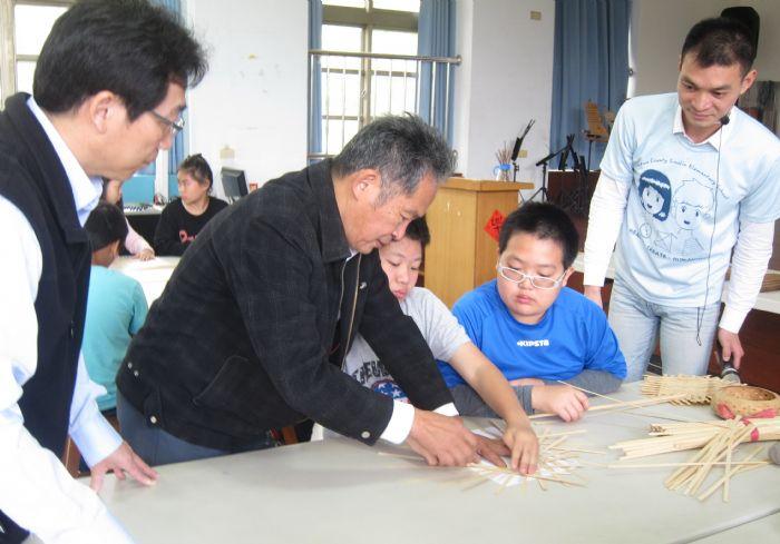 圖三 賴進益老師竹編教學。圖左楊清豐校長、右唐子騏主任。 (記者林凌霄攝)