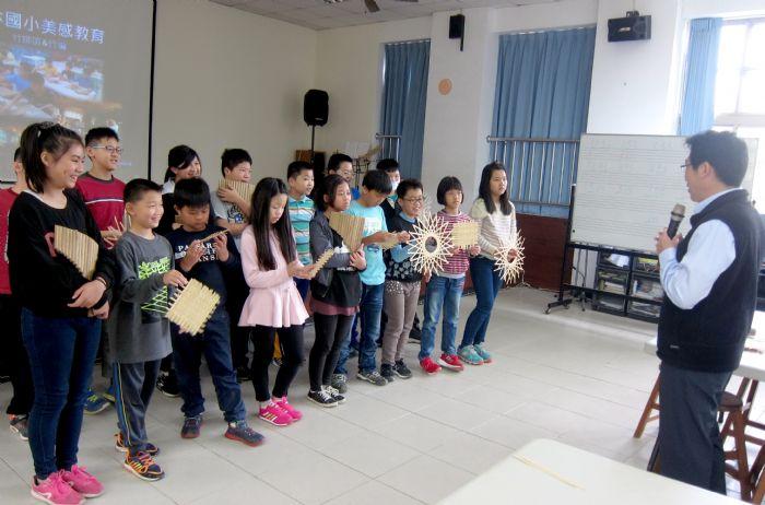 圖五 楊清豐校長肯定小朋友, 「竹排笛」等三大特色課程學習有成。 (記者林凌霄攝)