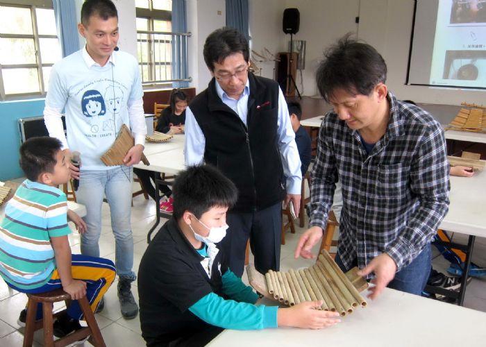 圖四 黃家祥老師竹排笛製作教學。圖左楊清豐校長、右唐子騏主任。 (記者林凌霄攝)