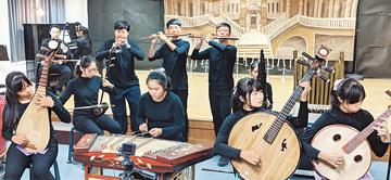 圖說:臺南市崇明國中國樂班學生以絲竹樂器演奏百老匯音樂劇《歌劇魅影》。攝影/李榮茂