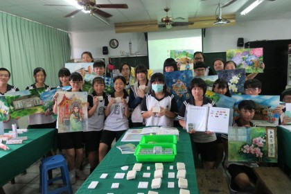 圖:國風國中九年級同學手持各種對稱之美畫作,及創作品,展現學習成果。(記者李婕妤/攝)
