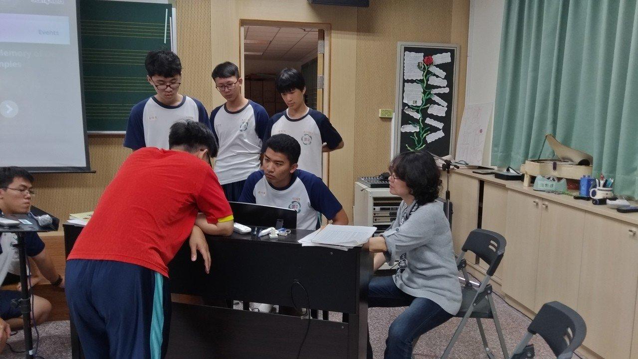 屏東高中數理資優班結合音樂和自然科的嘻哈課程,用物理化學原理名詞做出動聽饒舌歌。圖/屏中音樂教師黃錦蘭提供 3