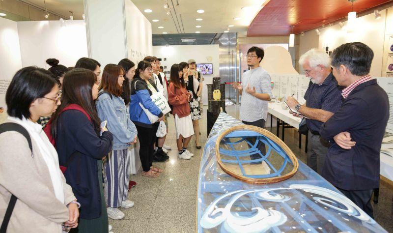 東石高中師生共同打造獨木舟,教學結合在地特色令人驚艷。 (尹乃馨提供)