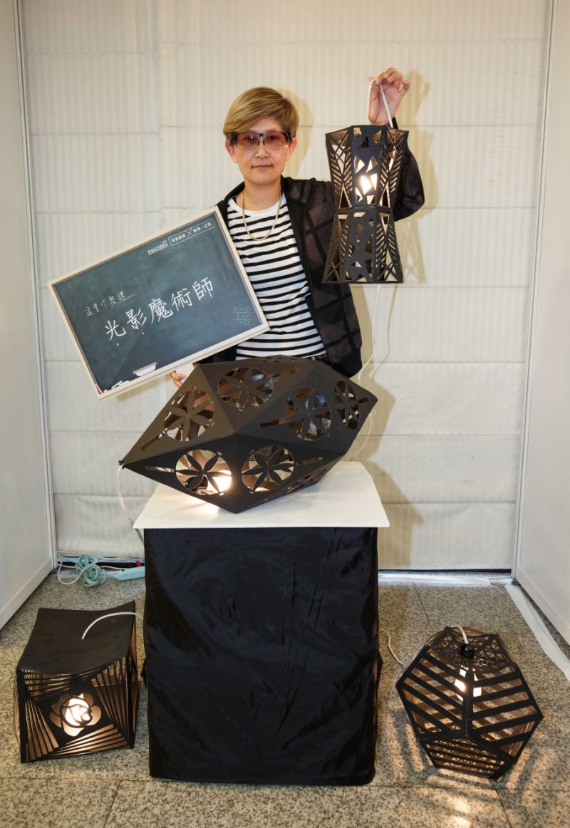桃園陽明國中視覺藝術老師張素菁,結合數學進行「光影魔術師」課程。 (尹乃馨提供)