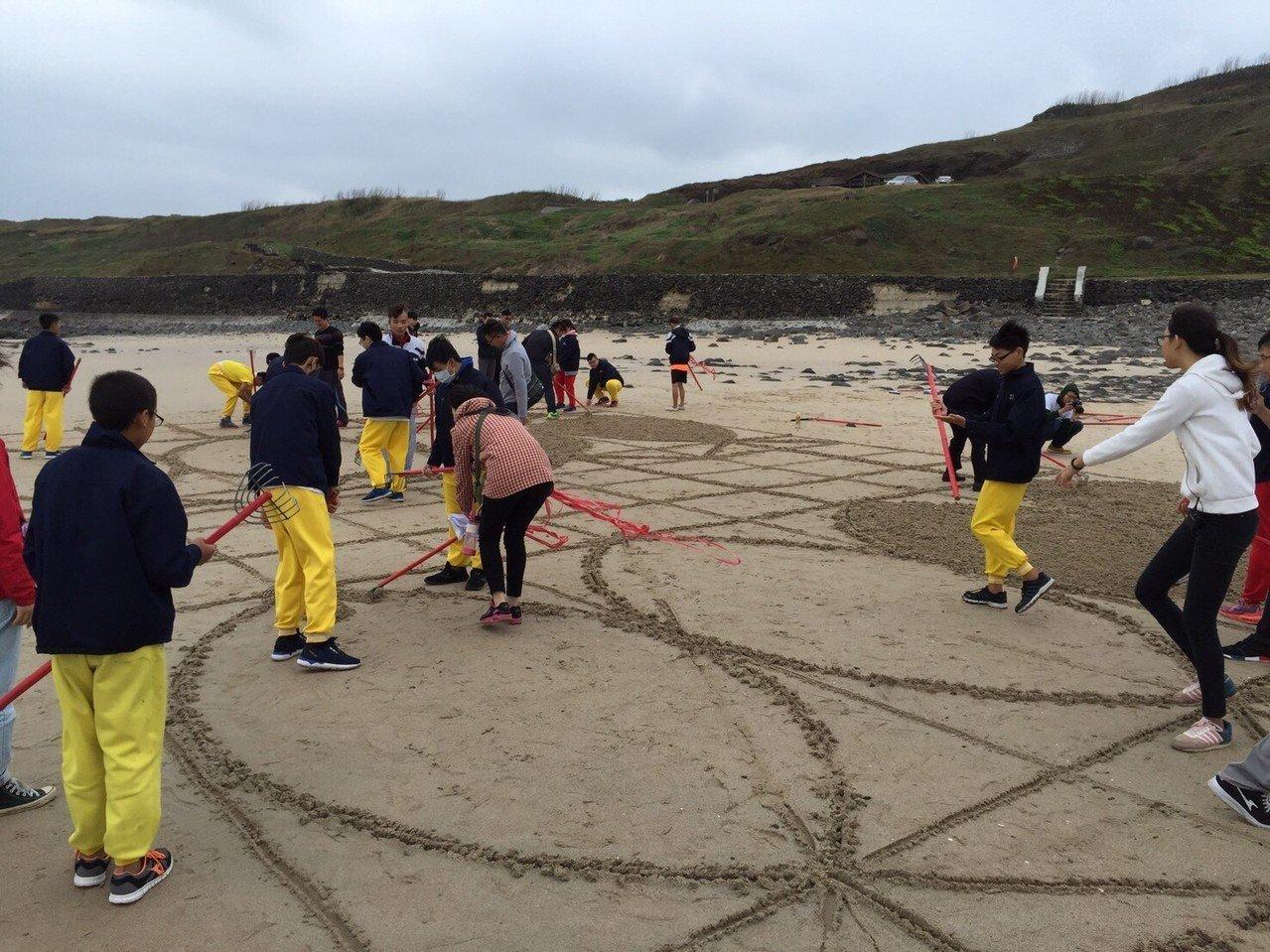 澎湖澎南國中學生自己畫草圖,運用數學中的尺規作圖、垂線原理製作巨型沙畫。圖/澎南國中藝術科教師王姿翔提供