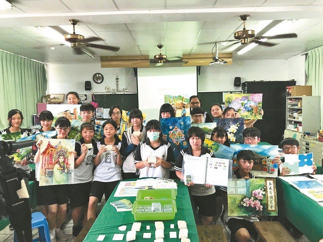 花蓮國風國中美術班學生展現跨領域美感課程的學習成果。 記者王燕華/攝影
