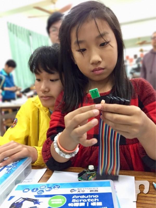 虎井國小在台北教育大學何慧瑩教授協助下,掀起3d學習熱潮。(虎井國小提供)