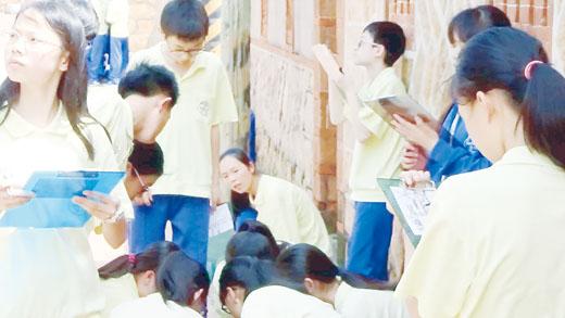 金沙國中昨天舉行特色課程觀摩,由台灣藝術大學李其昌副教授及相關委員蒞臨指導,與校長宋文章、授課老師李婉琪及金沙國中的學子們進行觀摩交流。(金沙國中提供)