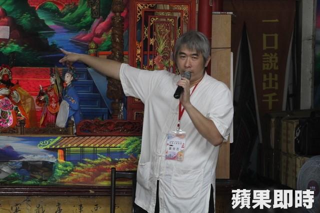黃世志介紹傳統布袋戲台。林靜盛攝