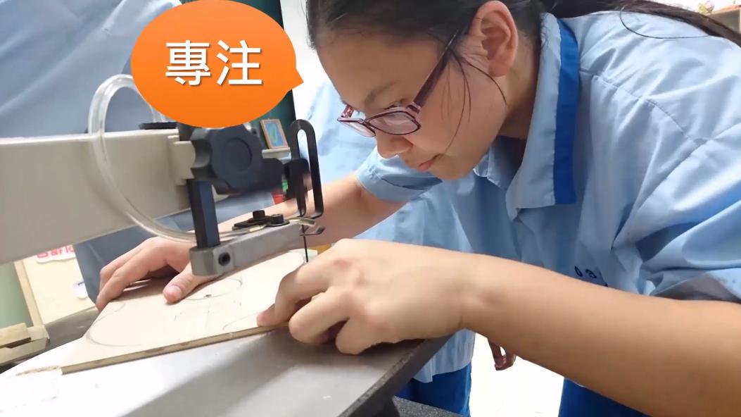 台北市五常國中從104年度起以三弦琴結合音樂、生活科技及理化等跨領域概念,設計一套特色美感教育實驗課程。圖/擷自五常國中製琴傳情影片