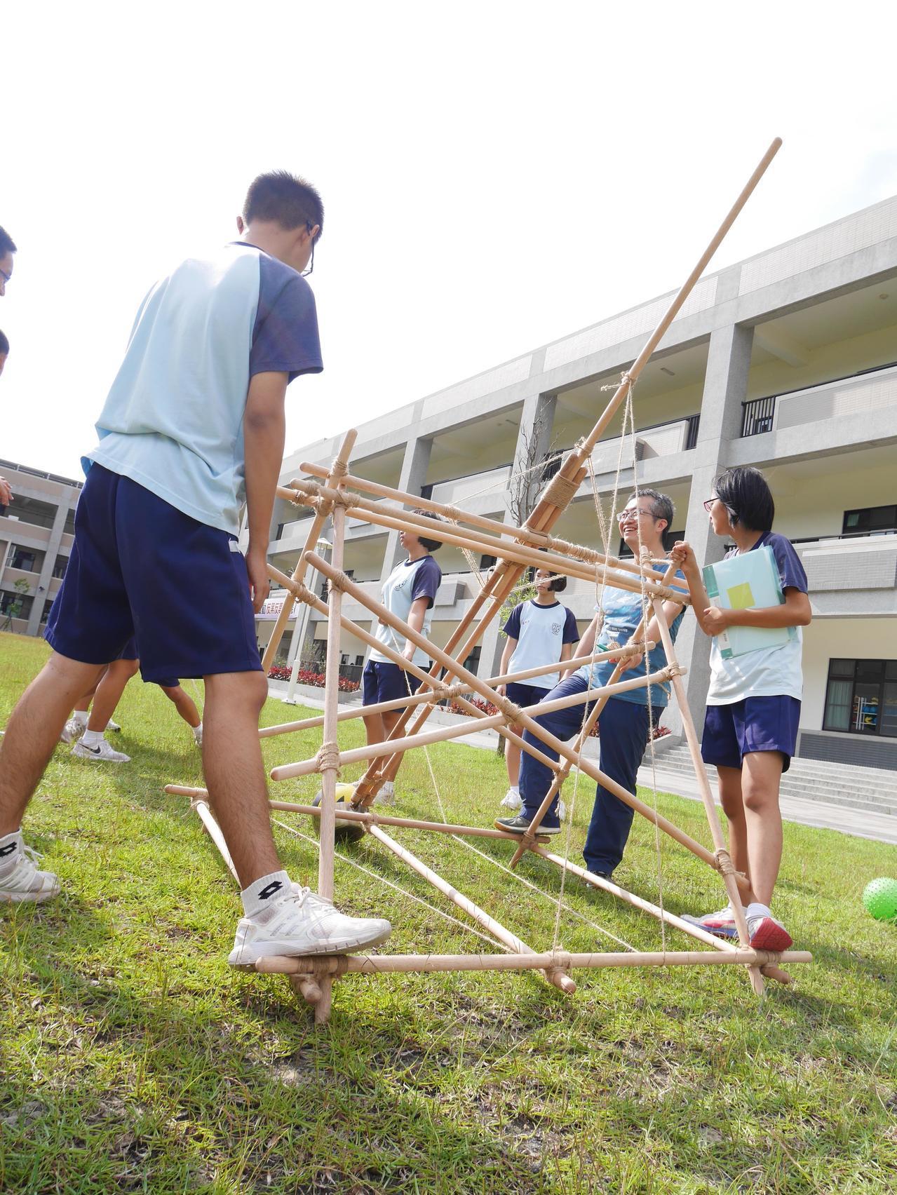 苗栗縣新港國中小美術老師黃茹舷結合生硬的物理課讓學生在操場架設彈弓,許學生驚呼「原來物理真夠能夠應用在生活」。圖/黃茹舷提供1