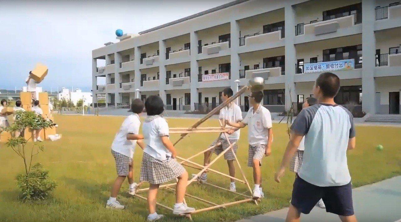 苗栗縣新港國中小美術老師黃茹舷結合生硬的物理課讓學生在操場架設彈弓,許學生驚呼「原來物理真夠能夠應用在生活」。圖/黃茹舷提供4