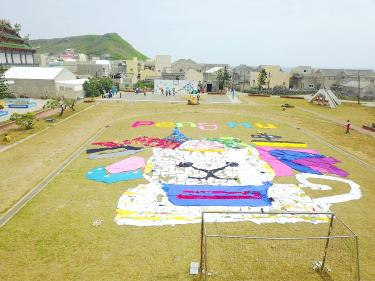 Used Clothing Is Laid Out In A Cat Pattern On Hujing Elementary School's Sports Field On Penghu County's Hujing Island On Thursday Last Week.